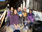 Mit Ngawang und Ihrer Familie vor Ihrem Zuhause in Tatoban